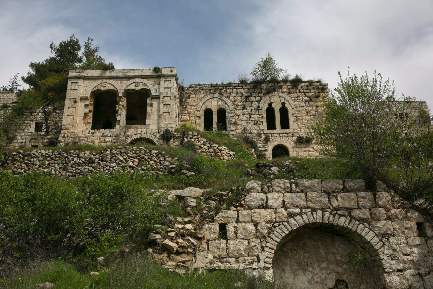 قرية فلسطينية مهجورة في القدس معلم مهدد بالانقراض!