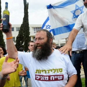 متطرف إسرائيلي:  يدعو الى إعدام منفذي العمليات وتركهم ينزفون حتى الموت