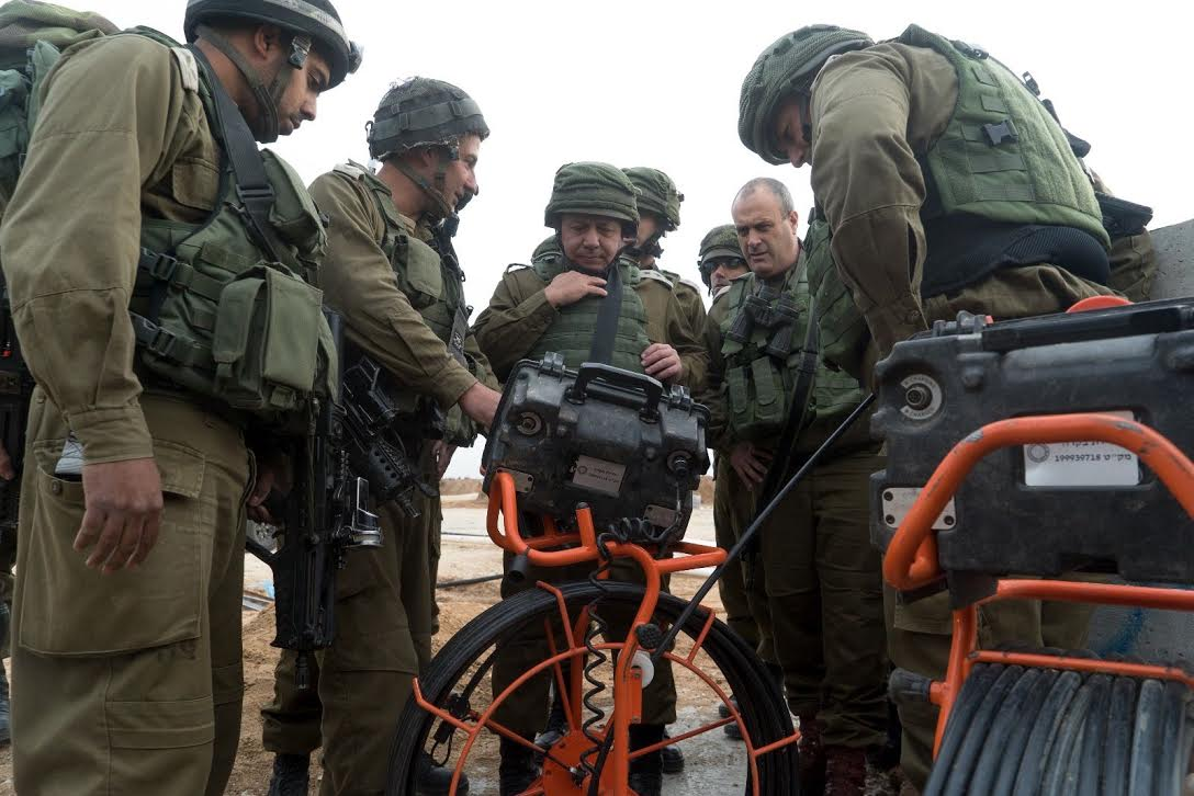 إيزنكوت يتفقد نفقين تم الكشف عنهما على حدود غزة