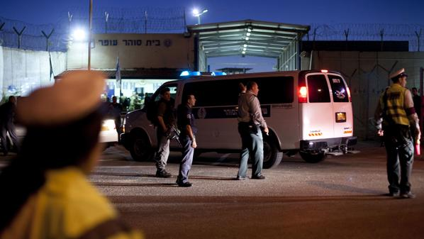 محقق إسرائيلي يشج رأس أسير من نابلس أثناء التحقيق