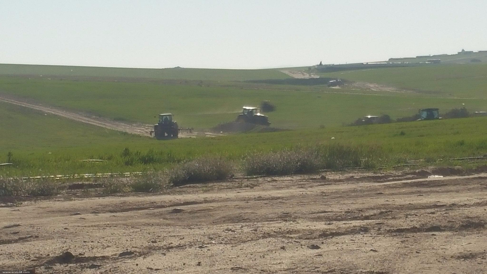 الاحتلال يُجرّف أراضي زراعية ببلدة السرة في النقب