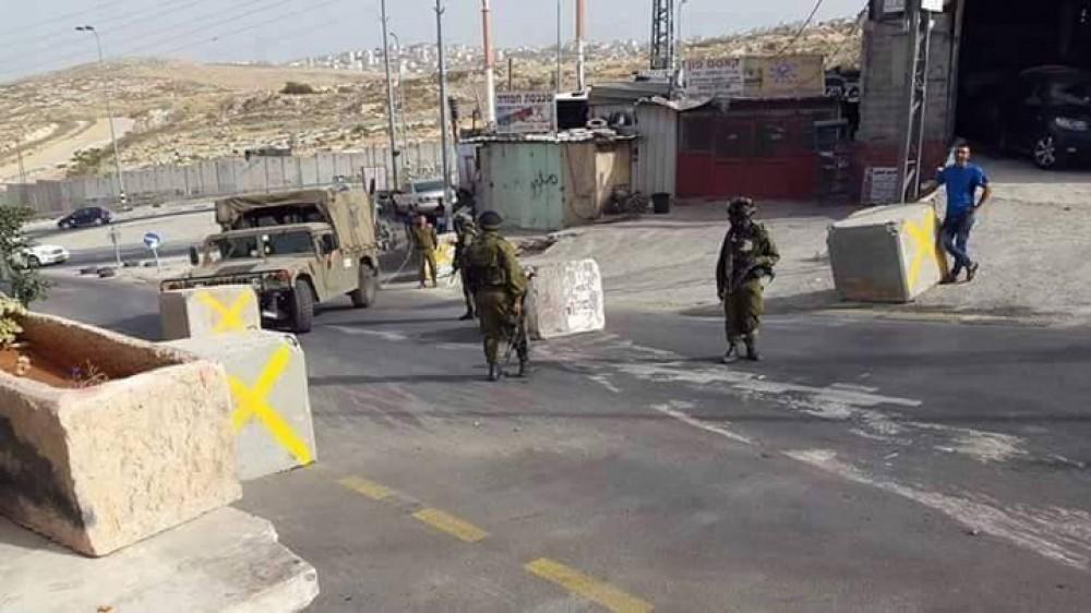 القدس: قوات الاحتلال تغلق مداخل بلدة حزما الرئيسية