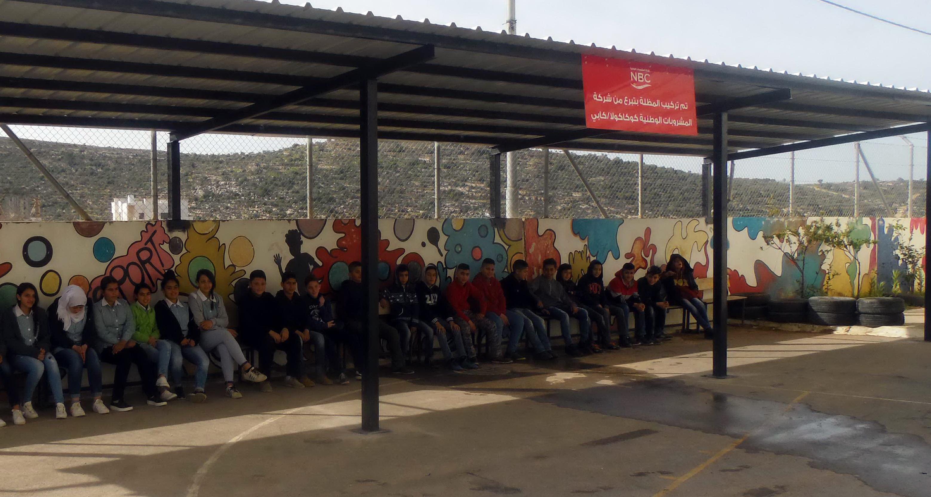 المشروبات الوطنية تتبرع بتركيب مظلّة لساحة مدرسة عين عريك المختلطة التابعة للأونروا