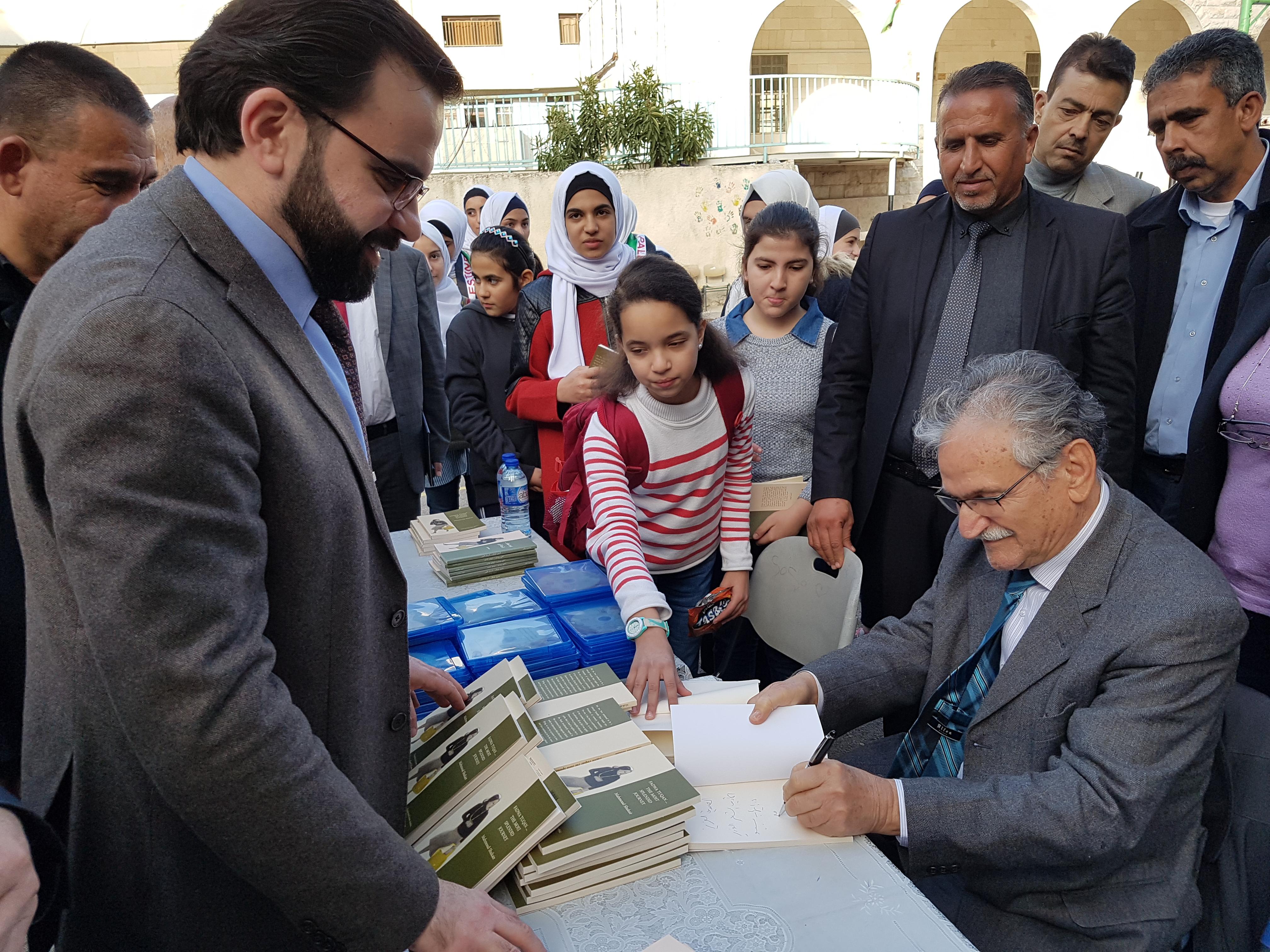 """وزارة الثقافة تطلق كتاب """"فدوى طوقان الرحلة الأبهى"""" لمحمود شقير  تعميماً لإرثها على اليافعين"""