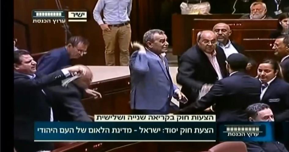 """نواب عرب يمزقون قانون """"يهودية إسرائيل"""" ويلقونه في وجه نتنياهو"""