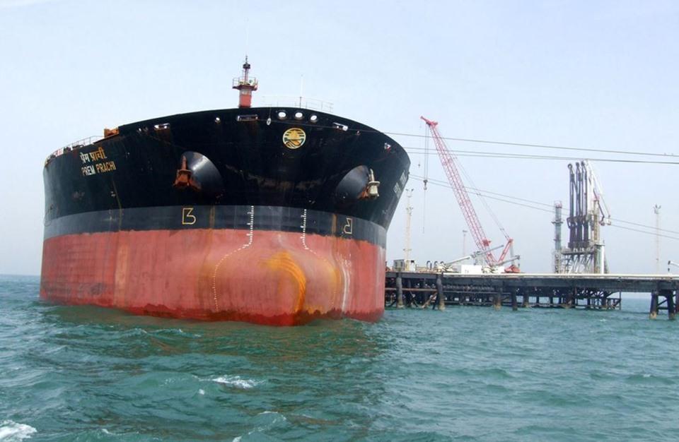 أنباء عن انفجارات في ناقلتي نفط في بحر عمان