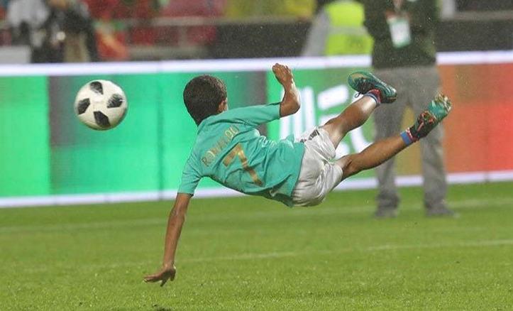 بالفيديو: على طريقة والده.. نجل رونالدو يسجل هدفًا مذهلاً