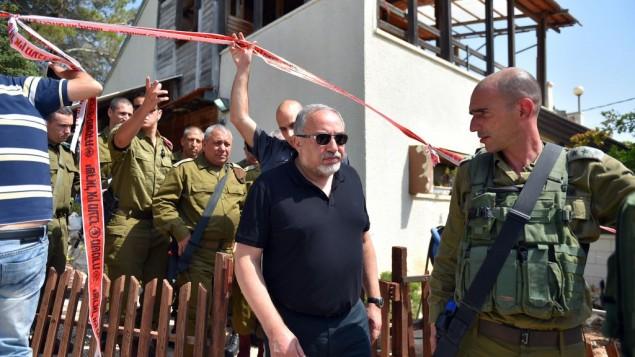 معاريف: خلافات حادة بين قيادة الجيش وليبرمان يريد ضرب عمق حماس