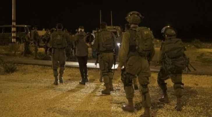 اعتقالات وقوات الاحتلال تستولي على اسلحة في الضفة