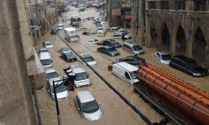 """عمان """"تغرق""""… والبحث جار عن مواطن جرفته السيول"""