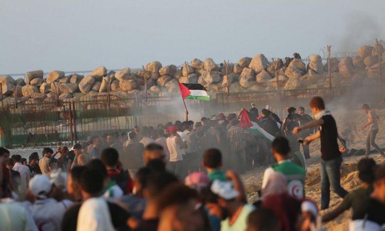 الاحتلال يطلق النار وقنابل الغاز على المتظاهرين في الحراك البحري