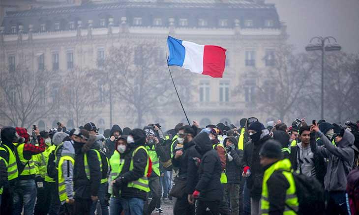 الحكومة الفرنسية تتخلى عن زيادة الضرائب على الوقود