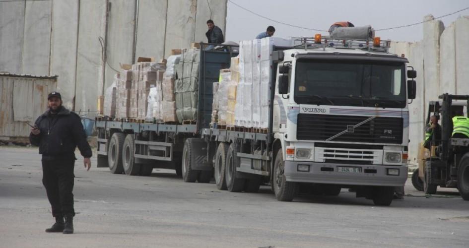 الاحتلال يحتجز أكثر من 2000 شاحنة مُحملة بالبضائع لغزة