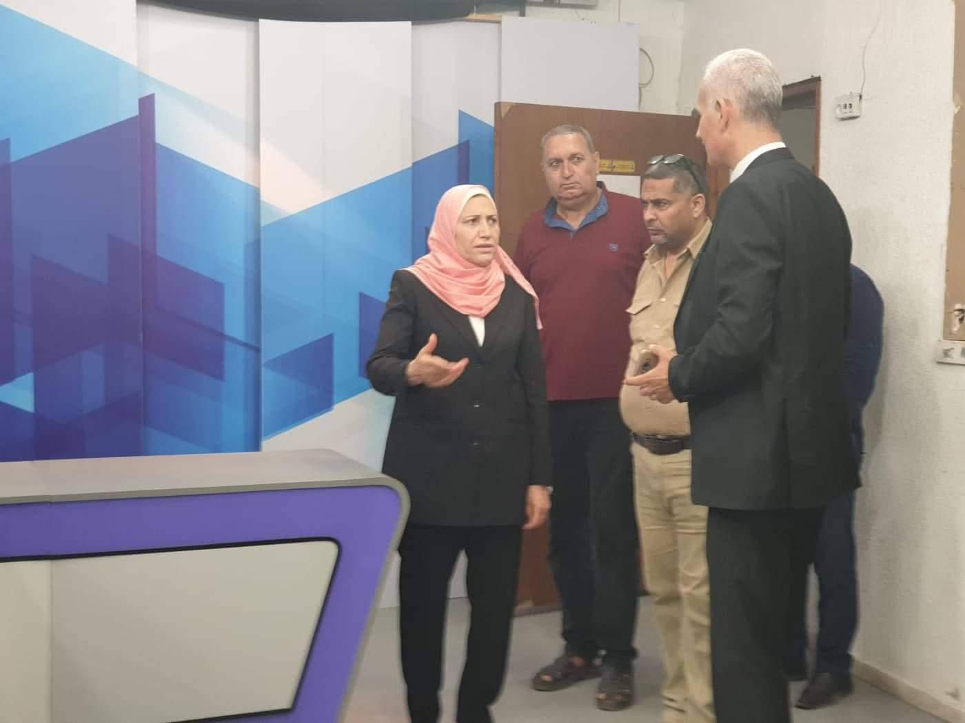 الوزيرة حمد تتفقد مقر فضائية فلسطين بغزة
