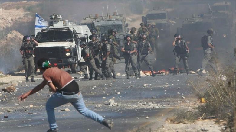 اصابات بالاختناق بينها حالة حرجة جراء اعتداء الاحتلال على مدرسة الخليل