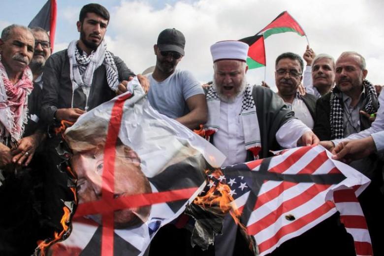"""حماس"""": واشنطن تُشعل المخيمات الفلسطينية بلبنان تنفيذًا لـ """"صفقة القرن"""""""