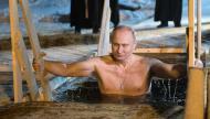 بشارة الصليب..بوتين يغوص في مياه بحيرة متجمدة احتفالا بطقس مسيحي ـ (فيديو)
