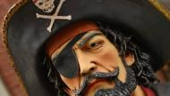 لماذا يلبس القراصنة رقعة على عينهم؟
