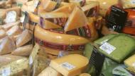 قطعة من الجبن يومياً تبعدك عن الطبيب... تماما كالتفاحة!