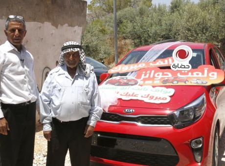 """حضارة تحتفل بتسليم السيارة الخامسة للفائز من نابلس ضمن حملة """"ولعت جوائز"""""""