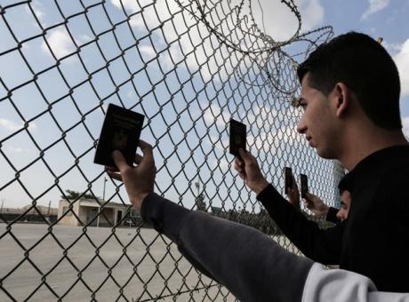 """الاحتلال يرفض إصدار جوازات سفر """"مقروءة آليا"""" للفلسطينيين"""