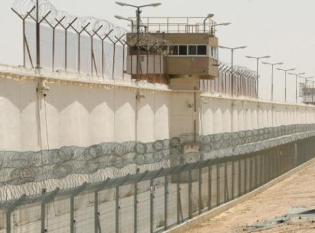 د. حمدونة : تفتيش دام ثمانية ساعات متواصلة لقسم 5 بمعتقل النقب