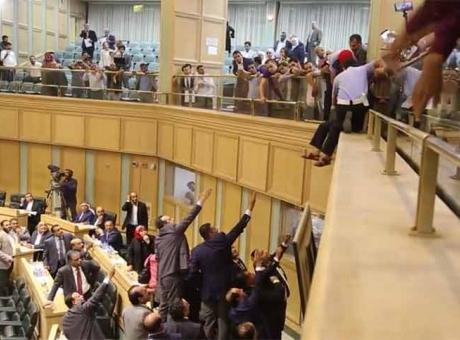الأمن الأردني يمنع مواطنا حاول إلقاء نفسه من شرفة مجلس النواب- (فيديو)