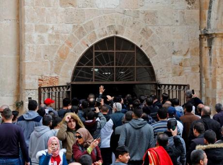 مصلون يفتحون باب الرحمة المغلق منذ 2003 بالأقصى (شاهد)