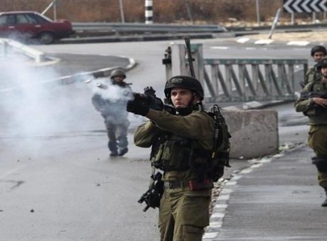 الاحتلال يحاصر الخان الاحمر ويغلق البوابة الرئيسية