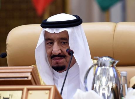 مصدر من الأسرة المالكة: الملك سلمان بدأ تقييم صلاحيات نجله