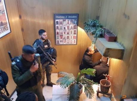 صور | الاحتلال يغلق مطعماً في القدس