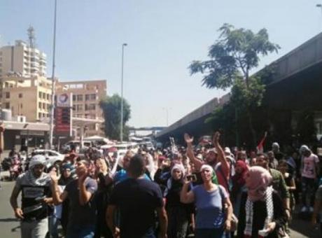 """مخيمات لبنان تحذر: """"لا تخنقونا في لقمة عيشنا"""" (شاهد)"""