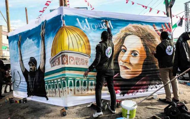 فنانون فلسطينيون يرسمون لوحة لعهد التميمي في غزة