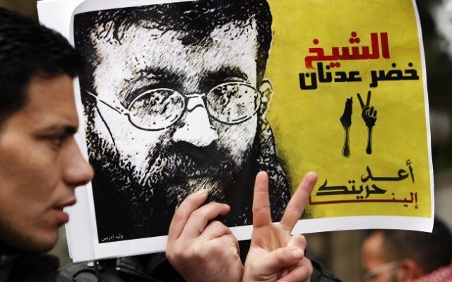 الاحتلال تداهم منزل الشيخ خضر عدنان وتعتقله
