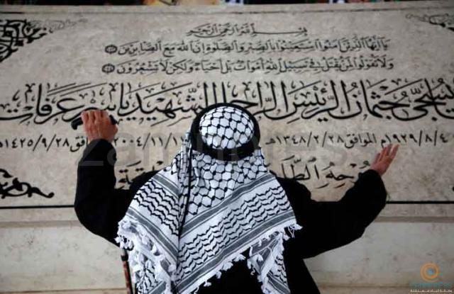 فلسطيني يصلي على قبر عرفات في الذكرى 13 لرحيله