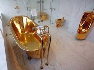 حمام مصنوع من الذهب الخالص في الجناح الرئاسي في فيتنام