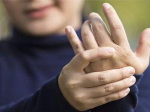 10 خرافات وأكاذيب صحية يتم تداولها بشكل كبير.. من بينها فرقعة الأصابع