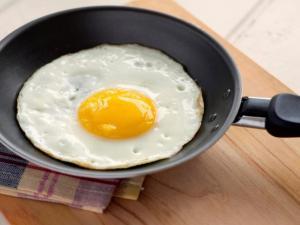 معلومات صحية عن البيض.. وهل يفضّل أكله مسلوقاً أو مقلياً؟