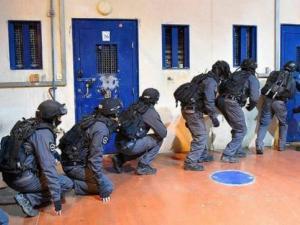 د.حمدونة: اقتحامات السجون بشكل مفاجئة بمثابة شرارة انفجار الأسرى