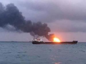 انفجار في ناقلة إيرانية يتسبب بتسرب نفطي