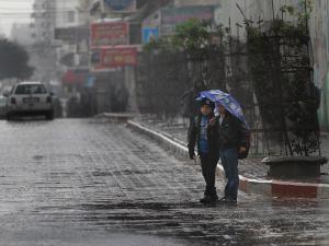 الطقس: أجواء ماطرة وباردة حتى السبت