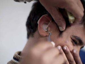 """كيف تعالج """"انسداد الأذن"""" وتنظفها بطريقة صحيحة؟"""