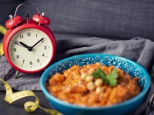 تناول وجبة الافطار في وقت مبكر يساعد على خسارة الوزن