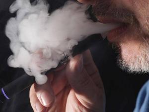 """أمراض رئوية """"نادرة"""".. وجدل يشتعل بسبب السيجارة الإلكترونية"""