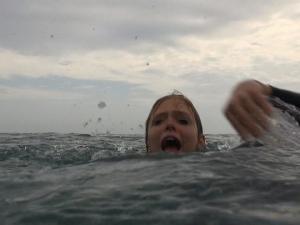 طفلة تنجو بأعجوبة من سمكة قرش على أحد شواطئ فلوريدا (شاهد)