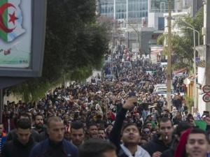 آلاف الجزائريين يخرجون بالجمعة السادسة رفضا لبوتفليقة
