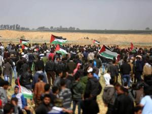 75 إصابة بالرصاص والعشرات بالاختناق خلال قمع الاحتلال للمسيرات شرق القطاع
