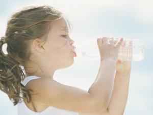 الأطفال الذين لا يشربون الماء يستهلكون سعرات حرارية إضافية