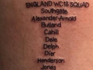لاعب انكليزي يوشَم قائمة منتخب بلاده على جسده!