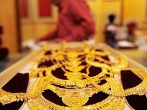أسعار الذهب تتراجع.. هل حان وقت الشراء؟